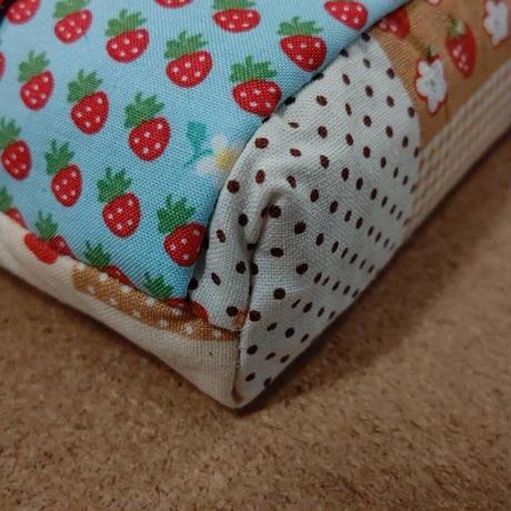 パネル柄と苺柄の移動ポケット・移動ポーチ(苺柄ティッシュケース、カラビナ付き)