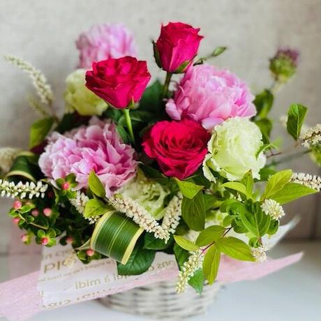 芍薬とバラのフラワーアレンジメントギフト