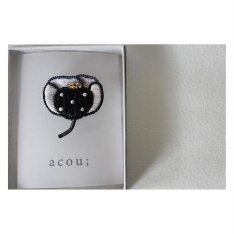 acou;  刺繍ブローチ