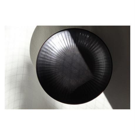 宮腰徳二 九谷焼 皿21.8cm しのぎ黒釉