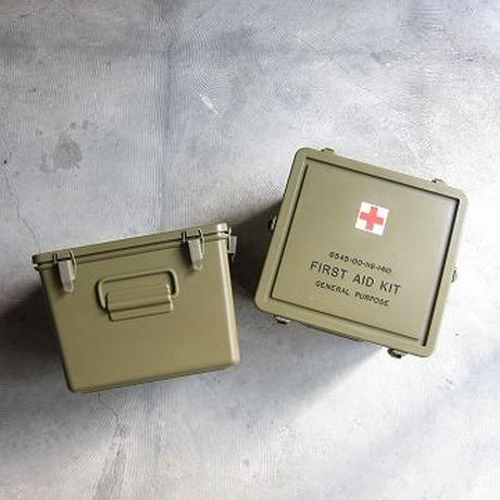 U.S. MILITALY / FIRST AID BOX / DEAD STOCK