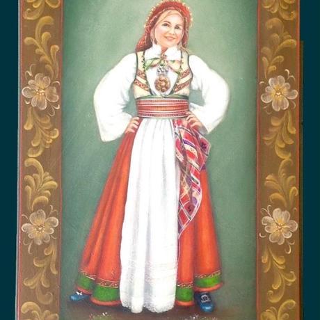 ノルウェーの民族衣装を着た婦人の額絵