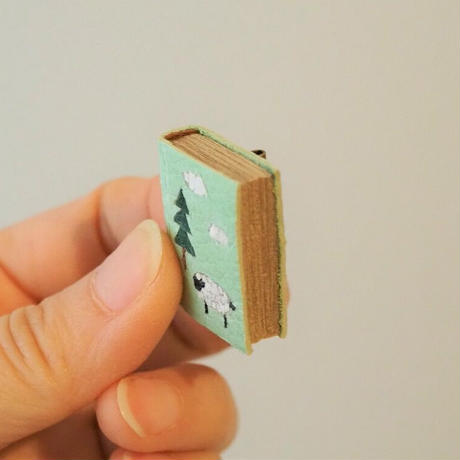 usagi + book brooch  / 散歩日和 <完成品>