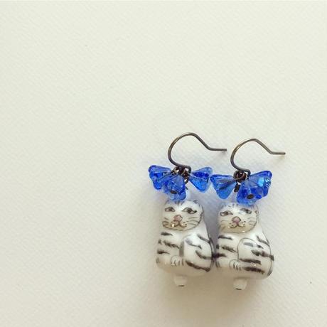 ぶーにゃんと青いお花のピアス
