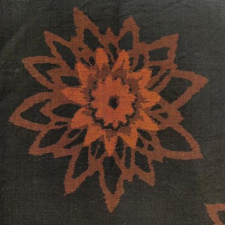 【はぎれ】墨色に花柄・交織50㎝(2107009ー1)