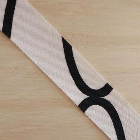 白地に黒の抽象模様・化繊2m(2006074)