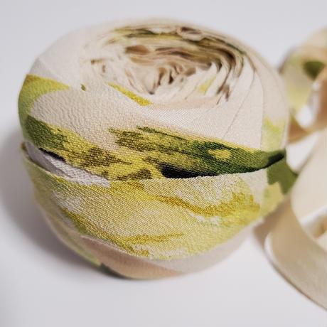 黄みがかった薄いベージュに黄と緑の草花柄(10194)