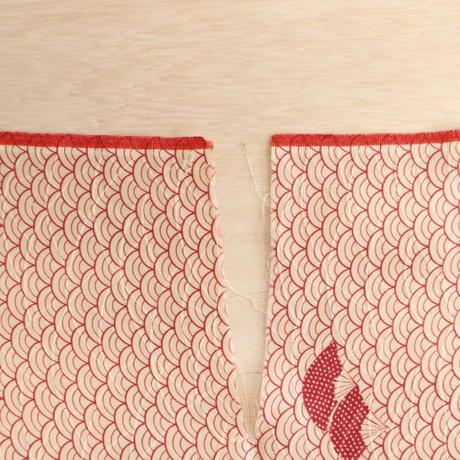 【はぎれ】白に臙脂の青海波に扇・紋綸子(2008037-1)