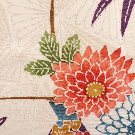 【はぎれ】白地に色とりどりの屋敷に花・紋縮緬(2008040‐1)