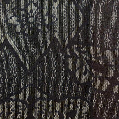 【はぎれ】藍色に華紋と松葉菱取り・紬(大島風)50㎝(2107018ー1)