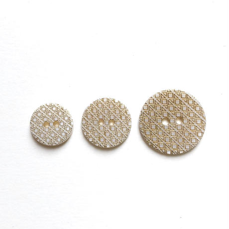 ゴールドパターンシェルボタン 二つ穴 ・M(Φ18mm ホワイト×ゴールド)