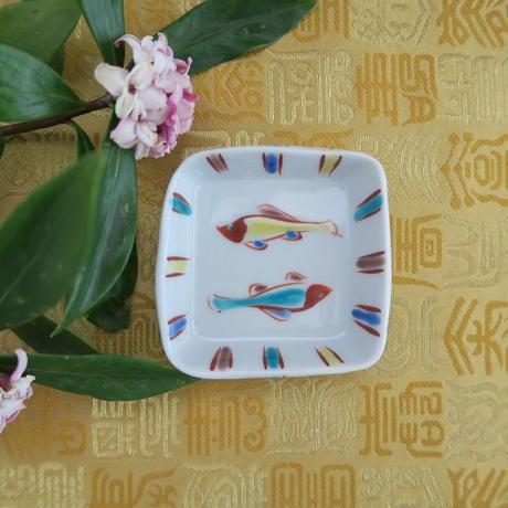 九谷焼豆皿  魚文 、赤地 径