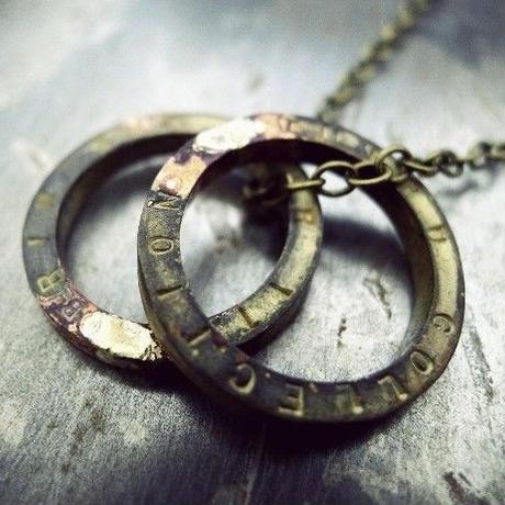 荒々しく仕上げた無骨な雰囲気のネックレスリング真鍮製