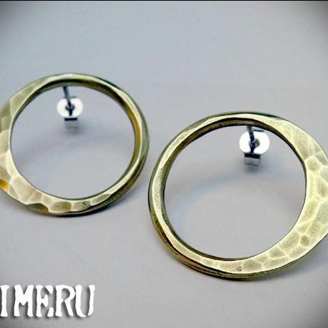 真鍮製叩き込んだ質感のシンプルな丸いピアス