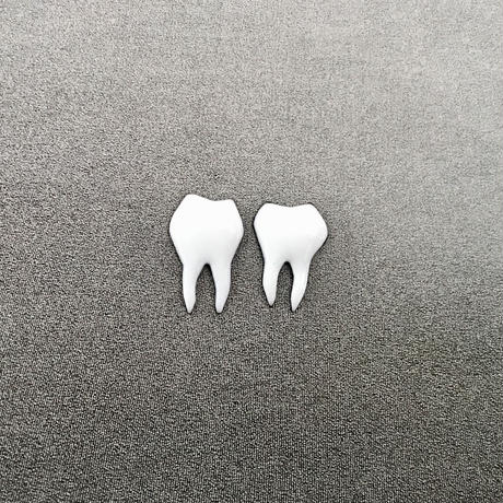 歯 2本(ピアス)