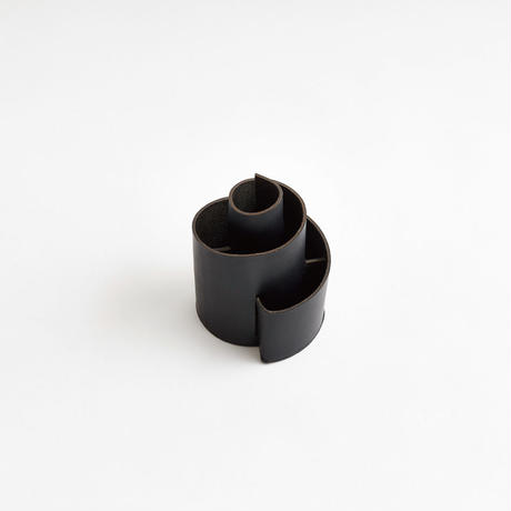 SPIRAL PEN STAND  (NUDE / BLACK)