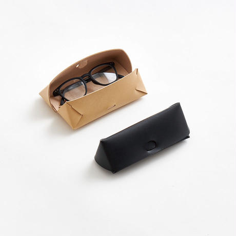 seamless glasses & pen case (black / nude)