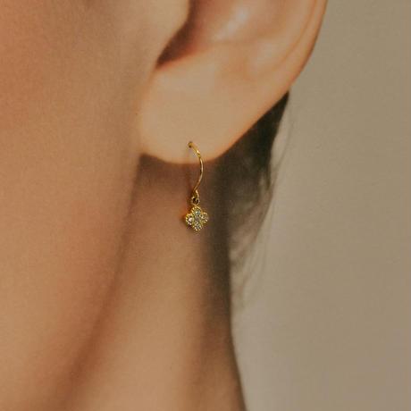 お花のダイヤモンドピアス