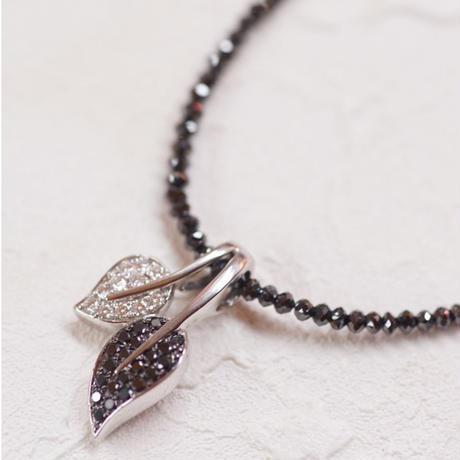 ブラックダイヤのリーフネックレス