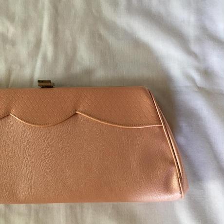 淡いピンクのクラッチバッグ