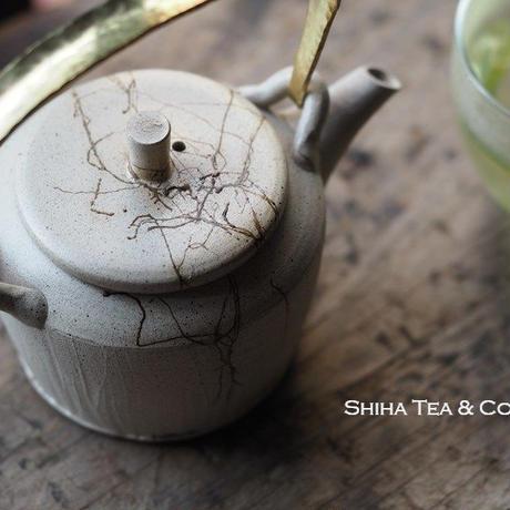 甚秋白泥藻掛金属把手急須 Jinshu  White Top Handle Teapot with Seaweed Kyusu