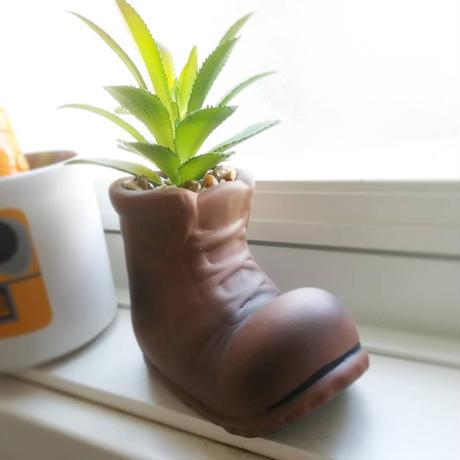 ピクサー『WALL-E』ブーツ型プランターの置物 WALL-E Boot Planter with Faux Succulent