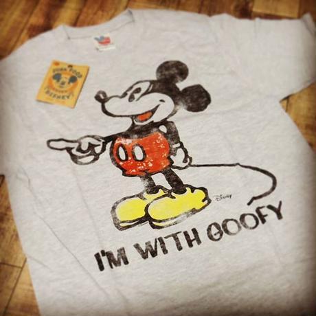 """JunkFood  ミッキーマウス メンズTシャツ """"I'm with Goofy"""""""