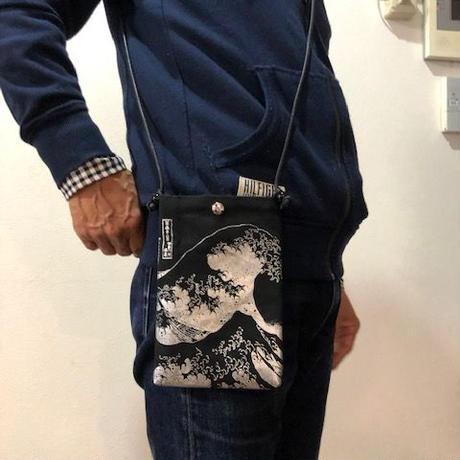 葛飾北斎 富嶽三十六景神奈川沖浪裏 携帯ポシェット 黒色×シルバーpt