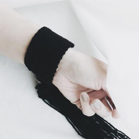 糸バングル black