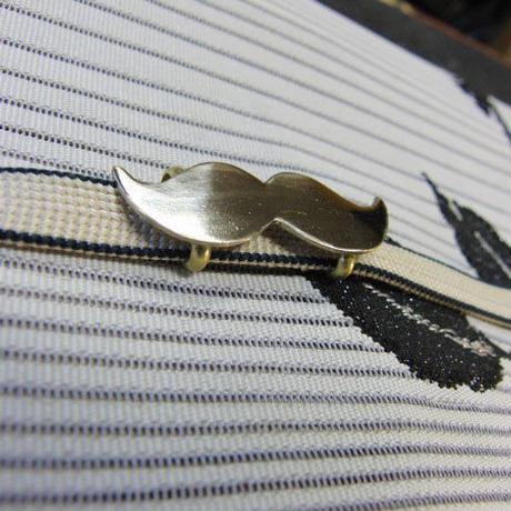 白銅製 ヒゲ型帯留め 着物や浴衣に銀色髭