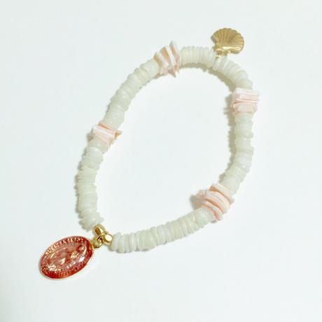 サーモンピンク マリアメダイ × シェル型チャームの ホワイトシェル&ピンクシェルブレスレット