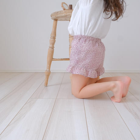 frill short pants / feather fields
