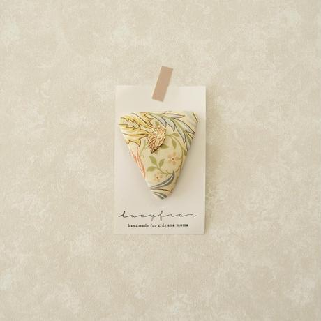 leaf triangle pin / flora porcelain