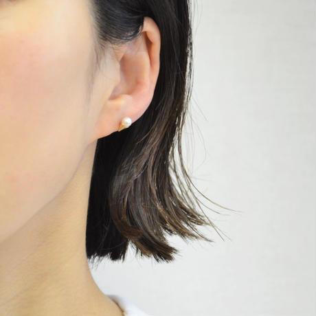Freshwater pearl pierced earring (4mm / horizontal)