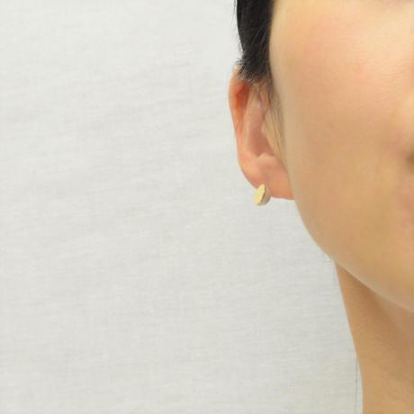 Half pearl × K18 pierced earring (Diagonal /Akoya pearl clasp)