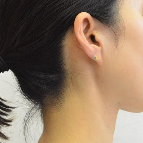 Half pearl × K18 pierced earring (Diagonal / K18 sphere clasp)