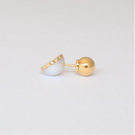 【ORDER】Half pearl × Diamond pierced earring (Diagonal / K18 sphere clasp)
