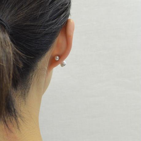 Half pearl × K18WG pierced earring (Horizontal /Akoya pearl clasp)