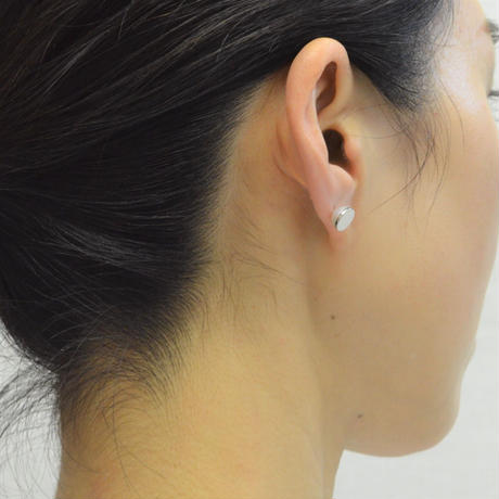 Half  pearl × K18WG pierced earring (Horizontal / K18WG sphere clasp)