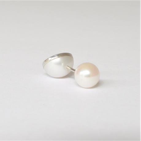 【ORDER】Half pearl × K18WG pierced earring (Diagonal /Akoya pearl clasp)
