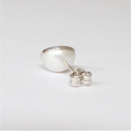 【ORDER】Half pearl × K18WG pierced earring (Diagonal / K18WG basic clasp)
