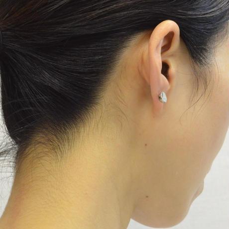K18WG pierced earring (Diagonal / K18WG sphere clasp)