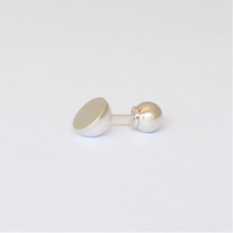 Half pearl × K18WG pierced earring (Diagonal / K18WG sphere clasp)
