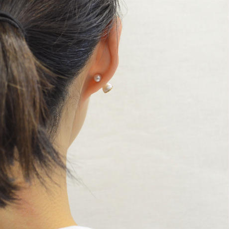 Half pearl × Diamond pierced earring (Horizontal /Akoya pearl clasp)