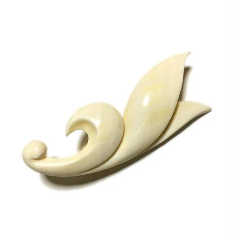 泉舟 作 鯨歯ブローチ 三枚葉