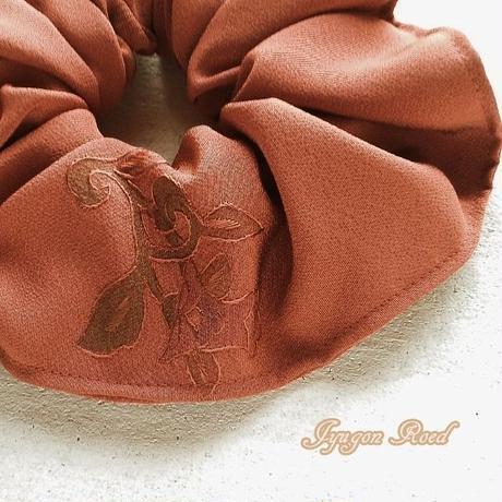 刺繍・シルクのシュシュ纁(そひ)