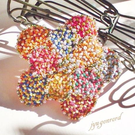 お花の刺繍ブローチ