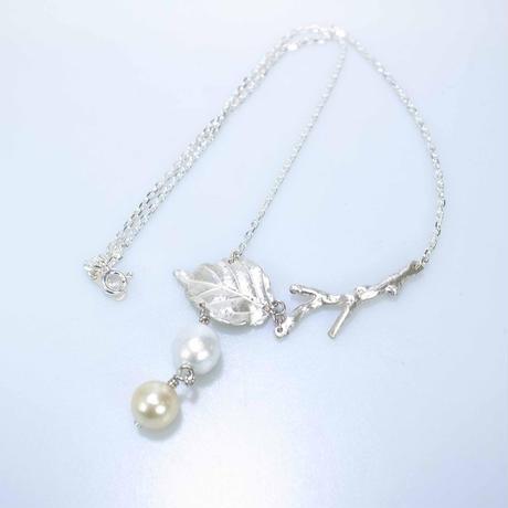 southPearl gold&white Leaf pendant