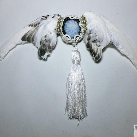 翼とタッセルのブローチ(白)