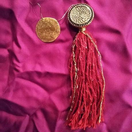真っ赤なタッセルは魅惑的だし真鍮の丸は大きいしなピアス